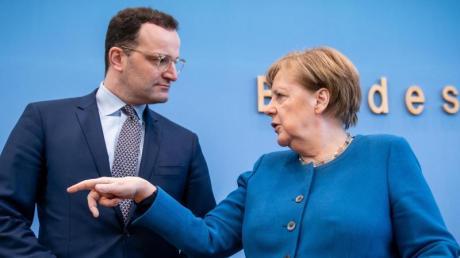 Bundeskanzlerin Angela Merkel im Gespräch mit Bundesgesundheitsminister Jens Spahn.