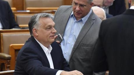 Viktor Orban (l), Ministerpräsident von Ungarn, spricht mit Lajos Kosa, Abgeordneten der Regierungspartei Fidesz.