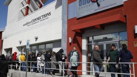 Infolge der Zuspitzung der Corona-Pandemie in den USA sind die Erstanträge auf Arbeitslosenhilfe sprunghaft angestiegen.