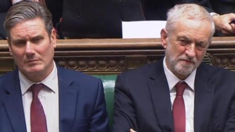 Der neue und der alte Labour-Chef:Keir Starmer (l) und Jeremy Corbyn. Starmers Wahl gilt als Zeichen der Abkehr vom stramm linken Kurs Corbyns.