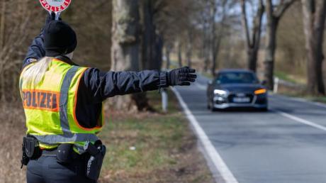 An der Landesgrenze zu Schleswig-Holstein kontrolliert die Polizei von Mecklenburg-Vorpommern Einreisende.
