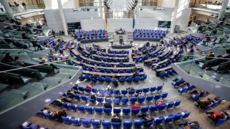 Eine Bundestagsdebatte mit Sicherheitsabstand zwischen denAbgeordneten.