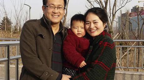 Das 2015 veröffentlichte Foto zeigt Wang Quanzhang und seine Frau Li Wenzu mit ihrem Sohn.
