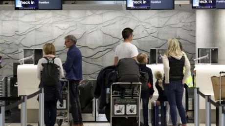 Touristen am Check-In Terminal des Flughafens Christchurch in Neuseeland. Etwa 40.000 deutschen Touristen warten immer noch auf die Rückreise.