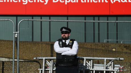 Ein Polizeibeamter steht vor dem St. Thomas-Krankenhaus im Zentrum von London, wo Premierminister Johnson auf der Intensivstation liegt.