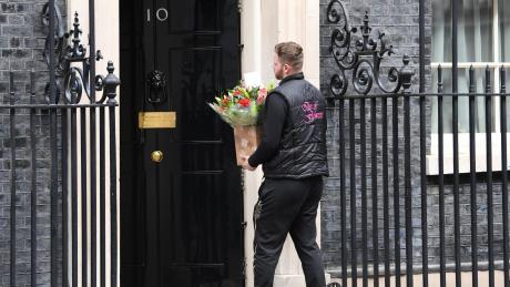 Blumen für den Amtssitz des britischen Premierministers in der Downing Street 10. Johnson selbst liegt im Krankenhaus.
