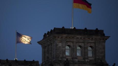 Der Mond geht hinter der EU-Flagge auf dem Reichstagsgebäude in Berlin auf. Deutschland übernimmt die Ratspräsidentschaft am 1. Juli von Kroatien für ein halbes Jahr.