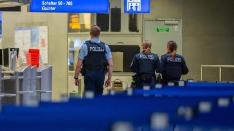 Polizisten am Frankfurter Flughafen.