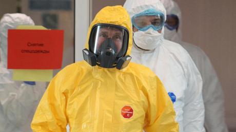 Russlands Präsident Wladimir Putin im Schutzanzug in einer Moskauer Infektionsklinik.