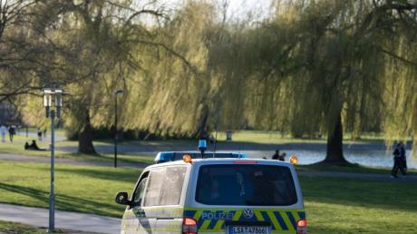 Polizei in Halle/Saale auf Streife. Bei frühsommerlichen Temperaturen fällt es vielen schwer, die Ausgangsbeschränkungen einzuhalten.