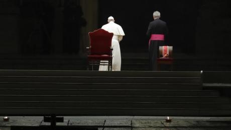 Papst Franziskus verlässt nach der Prozession den leeren Petersplatz.