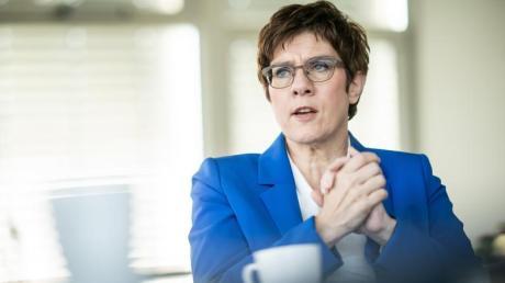 CDU-Chefin Annegret Kramp-Karrenbauer will die Lohnfortzahlung für Eltern ausweiten.