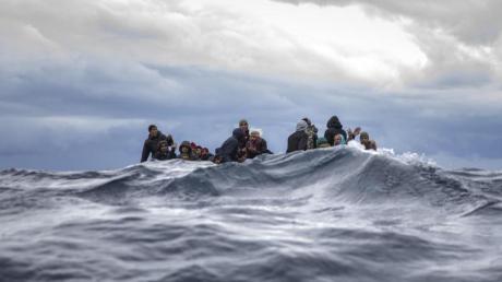Das Archivfoto zeigt Flüchtlinge Anfang Januar in einem überfüllten Holzboot im Mittelmeer vor der Küste von Libyen.