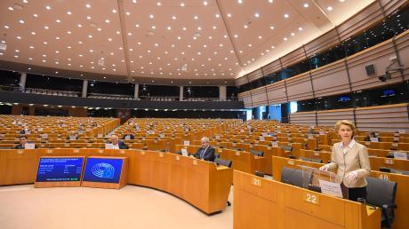 Gähnende Leere im Europäischen Parlament: Die wenigen Abgeordneten bekamen am Donnerstag allerdings eine bewegende Rede von Kommissionspräsidentin Ursula von der Leyen (rechts) zu hören.