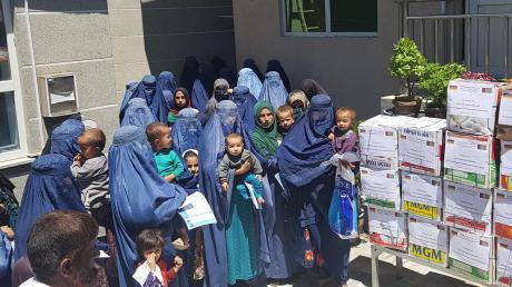 Die von Reinhard Erös gegründete Kinderhilfe Afghanistan verteilt derzeit Corona-Prophylaxe-Sets, aber auch Lebensmittel an bedürftige Familien im Osten des Landes. Auch die Schulen, Ausbildungszentren und Werkstätten der privaten Hilfsorganisation wurden aus Angst vor dem Virus geschlossen.