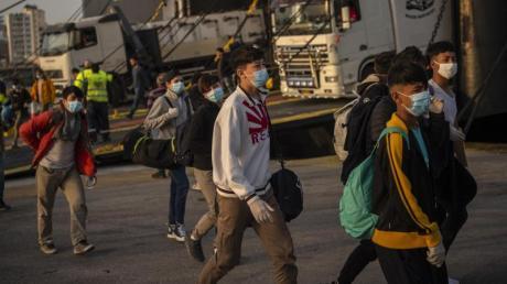 Eine Gruppe unbegleiteter Kinder aus überfüllten griechischen Flüchtlingslagern kommt am 15. April im Hafen von Piräus an. Auch in Augsburg wird die Aufnahme junger Flüchtlinge gefordert.