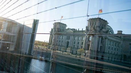 Gerade in Krisenzeiten im Zentrum des Interesse – insbesondere auch bei den Lobbyisten: Das Reichstagsgebäude mit dem Bundestag spiegelt sich in der tief stehenden Abendsonne in einer Glasfassade.