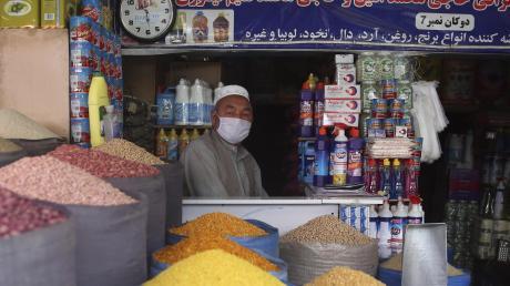 In der afghanischen Hauptstadt Kabul wartet ein Ladenbesitzer mit Mundschutz vor Beginn des Fastenmonats Ramadan auf Kunden. Viele muslimische Geistliche haben die Regeln inzwischen gelockert.