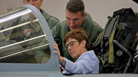 Annegret Kramp-Karrenbauer sitzt im Cockpit eines Eurofighters (Archiv).