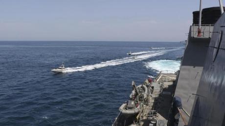 Schiffe der iranischen Revolutionsgarde in der Nähe eines Schiffes des US-Militärs im Persischen Golf bei Kuwait (Archiv).
