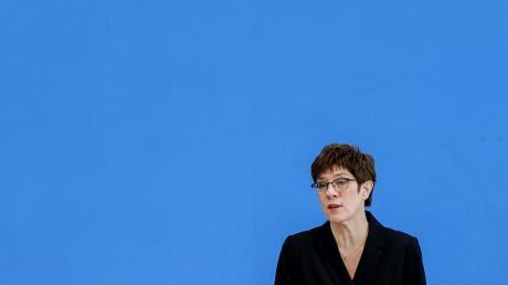 Sie ist die CDU-Chefin, aber irgendwie auch nicht: Annegret Kramp-Karrenbauer tut sich derzeit schwer, ihre Rolle in der Partei zu finden.