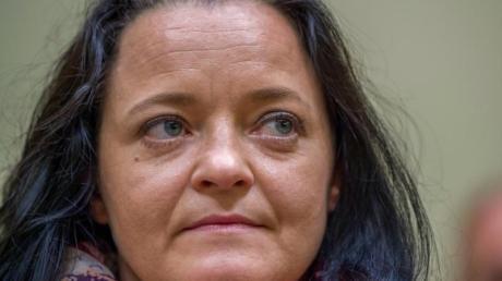 Die Angeklagte Beate Zschäpe sitzt im Gerichtssaal im Oberlandesgericht.