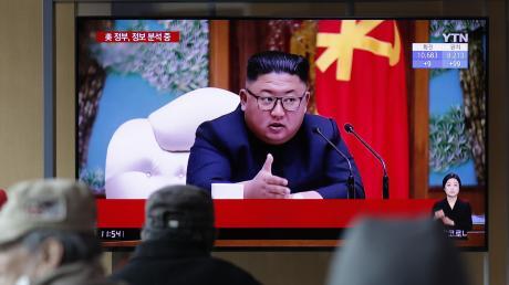 Bilder einer alten Rede von Nordkoreas Diktator Kim Jong Un im südkoreanischen Fernsehen. Erholt sich der 36-Jährige von einer Herzoperation oder ist er in erstem Zustand?