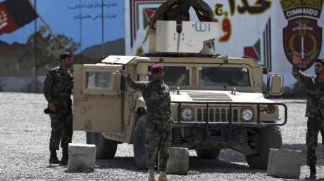 Afghanische Spezialkräfte am Stadtrand von Kabul Wache. Hier hat sich am frühen Morgen ein Selbstmordanschlag ereignet, bei dem mindestens drei Menschen getötet und 15 weitere verletzt worden sind.