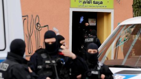 Einsatz mit schwerem Geschütz:Polizeibeamte vor der Al-Irschad-Moschee in Berlin.