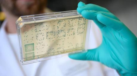 Im Kampf gegen das Coronavirus hat eine weltweite Allianz über  sieben Milliarden Euro Anschubfinanzierung für Impfstoffe, Arzneien und Tests gesammelt.