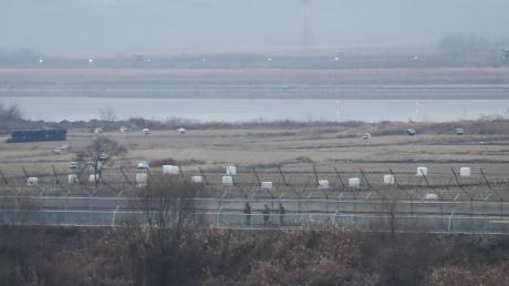 Soldaten der südkoreanischen Armee patrouillieren entlang eines Stacheldrahtzauns an der Grenze zu Nordkorea.