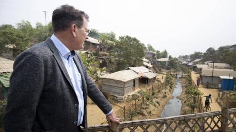 Bundesentwicklungsminister Gerd Müller beim Besuch eines der Flüchtlingslager in Bangladesch, wo aus Myanmar vertriebene Angehörige der Rohingya-Volksgruppe untergekommen sind.