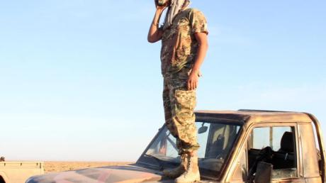 Ein Kämpfer der von den Vereinten Nationen unterstützten libyschen Regierung des Nationalen Abkommens(GNA) steht in der Nähe des Luftwaffenstützpunktes Watya.
