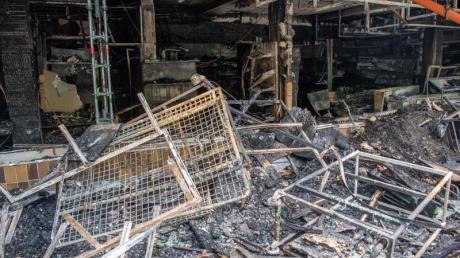Zerstörtes Geschäft nach einem Brandanschlag in Waldkraiburg.