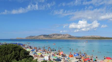 Badegäste am Strand auf der Mittelmeerinsel Sardinien (Archiv).