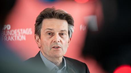 Es läuft nicht rund für Rolf Mützenich. Nach einem soliden Start als SPD-Fraktionschef geriet der 60-Jährige zuletzt mit einer unglücklichen Personalentscheidung in die Schlagzeilen. Auch in der Corona-Krise konnte er kaum Akzente setzen.