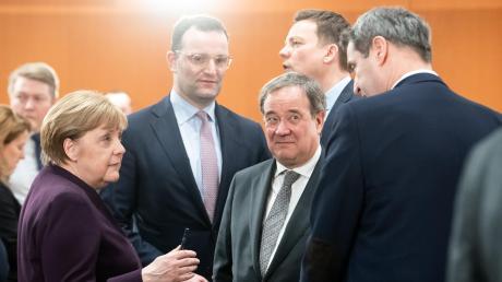 Bundeskanzlerin Angela Merkel, NRW-Ministerpräsident Armin Laschet (Mitte) und Bayerns Regierungschef Markus Söder (rechts) beim Bund-Länder-Treffen.