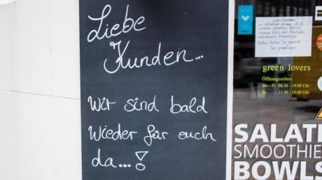 «Liebe Kunden... Wir sind bald wieder für euch da...!» - ein Schild an einem Restaurant in der Hamburger Innenstadt.