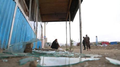 Glasscherben liegen auf dem Boden nach einer der Explosionen in Kabul, der Hauptstadt Afghanistans.
