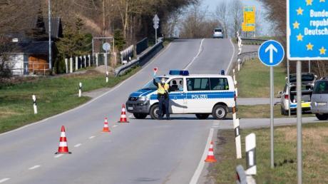 Polizisten an der Bundesstraße 512 in der Nähe von Neuhaus am Inn an einer Kontrollstelle an der Grenze zu Österreich.
