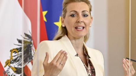 Arbeitsministerin Christine Aschbacher (ÖVP) verteidigt die Kindergeld-Regelung in Österreich.