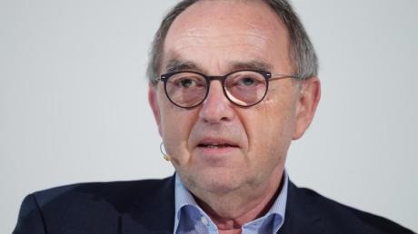 Wenn der Staat seine Neuverschuldung in Grenzen halten wolle, müsse es zumindest in einigen Bereichen höhere Einnahmen geben, sagt Norbert Walter-Borjans.