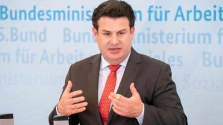 Hubertus Heil (SPD), Bundesminister für Arbeit und Soziales, gibt eine Pressekonferenz in seinem Ministerium.