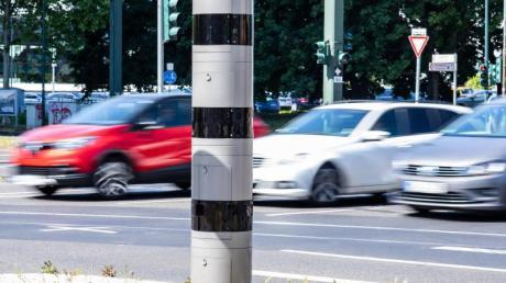 Ein Blitzer an einer Kreuzung. Bundesverkehrsminister Scheuer (CSU) will verschärfte Regelungen zu Fahrverboten bei zu schnellem Fahren zurücknehmen.