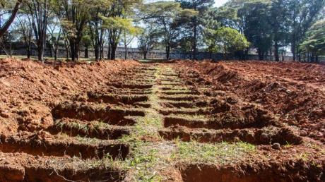 Neu ausgehobene Gräber auf dem Friedhof von Vila Formosa in São Paulo.