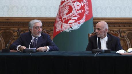 Aschraf Ghani (r) und Abdullah Abdullah (l) im Präsidentenpalast in Kabul.