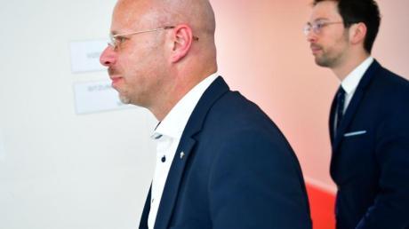 Andreas Kalbitz (L) nach der Fraktionssitzung der AfD.