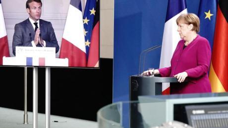 Bundeskanzlerin Merkel und Emmanuel Macron bei einer Pressekonferenz. Frankreichs Präsident ist per Video zugeschaltet.