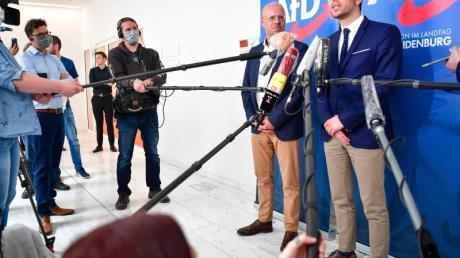 Andreas Kalbitz (l), Vorsitzender der AfD-Fraktion im Landtag von Brandenburg, und Dennis Hohloch, Parlamentarischer Geschäftsführer, geben eine Pressekonferenz.