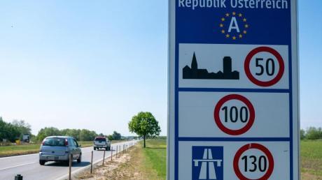 Hinweisschild an der Grenze zwischen Österreich und Ungarn bei Nickelsdorf.